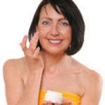 Зрелая женщина ухаживает за кожей лица